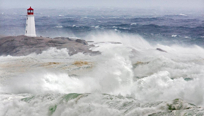 Hurricane strom surge hits Maine coast
