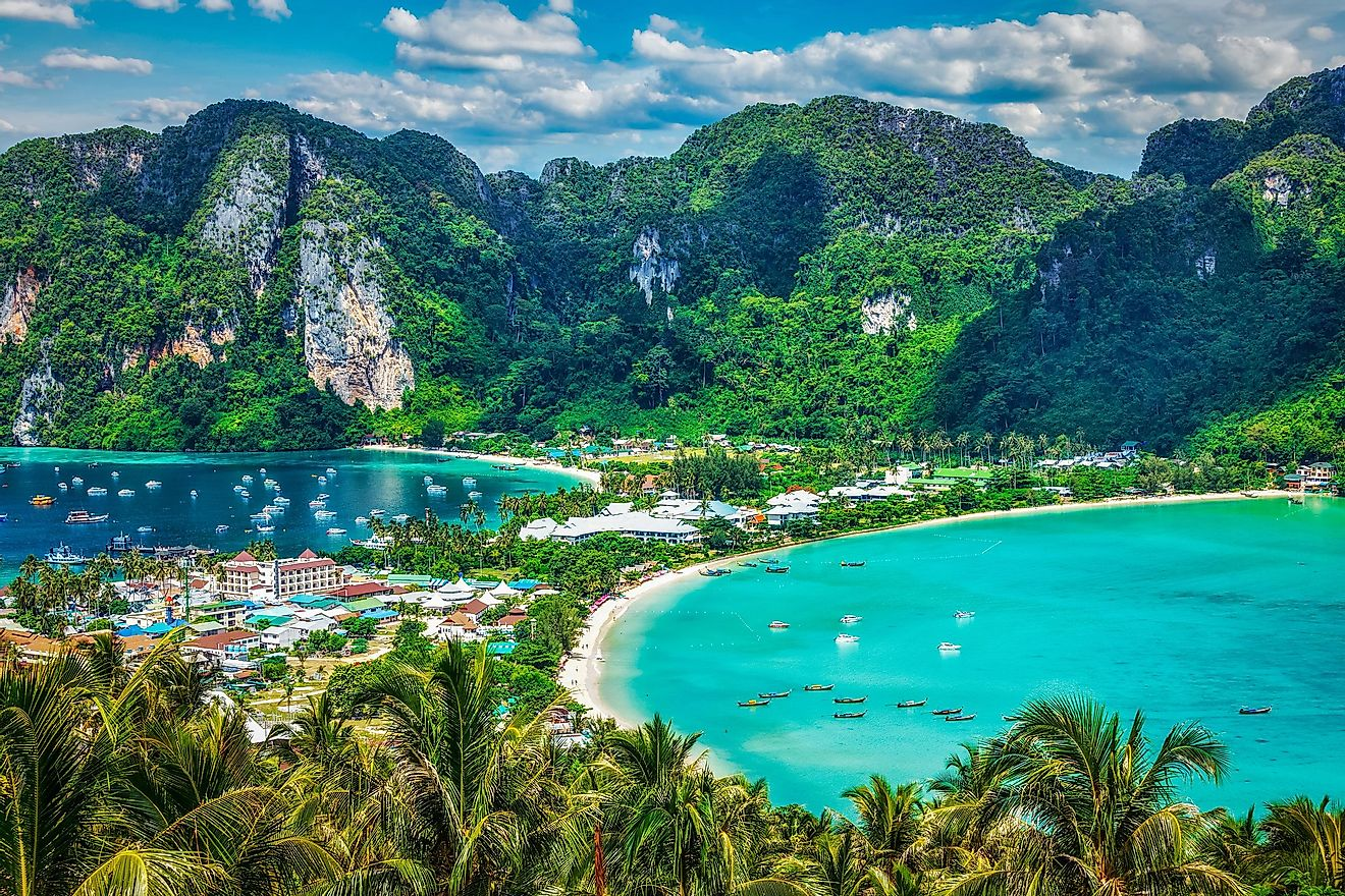 The spectacular natural scenery of Phi Phi island attract tourists from far and wide.
