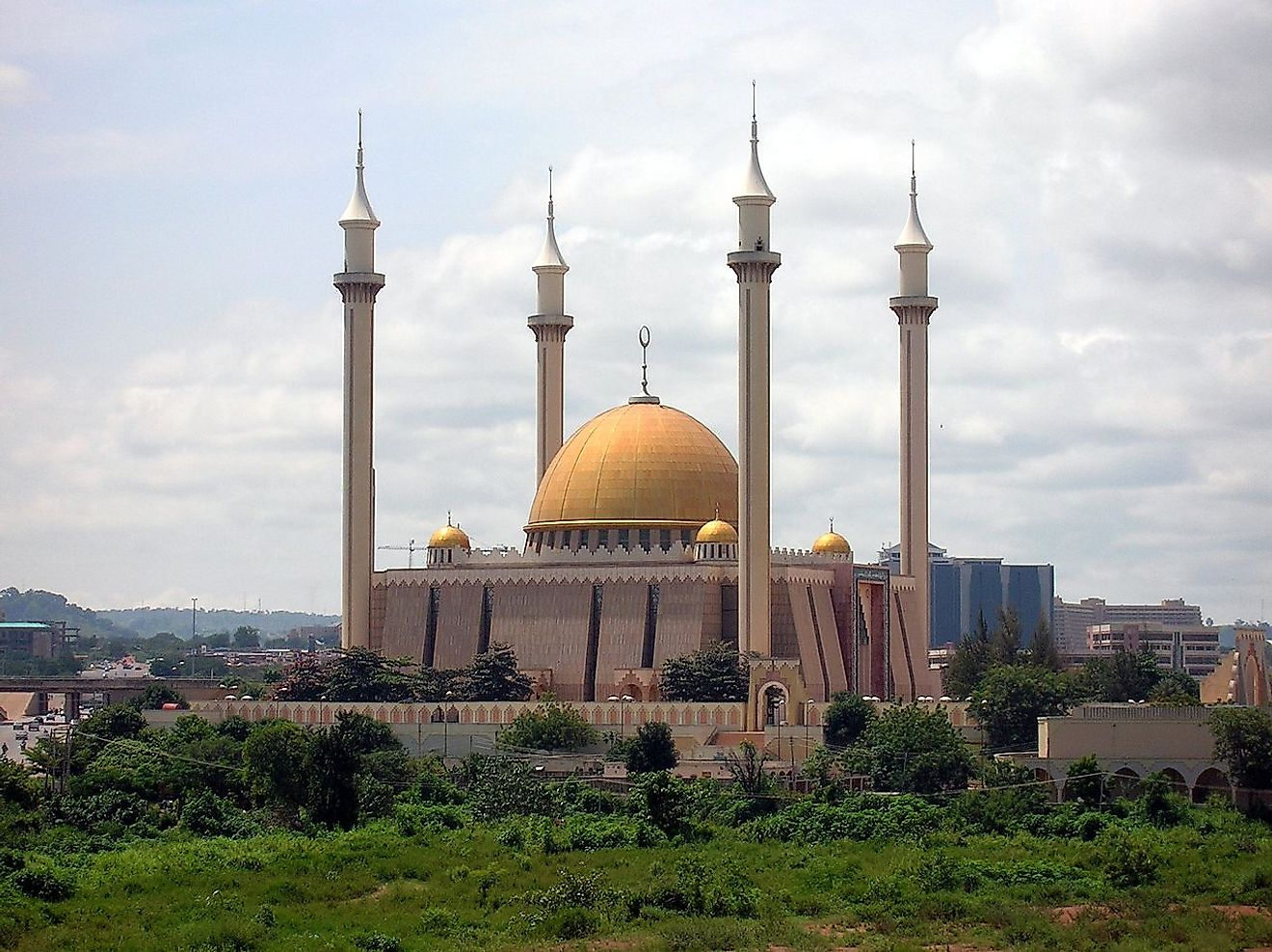 Abuja National Mosque in Nigeria. Image credit: Shiraz Chakera/Wikimedia.org