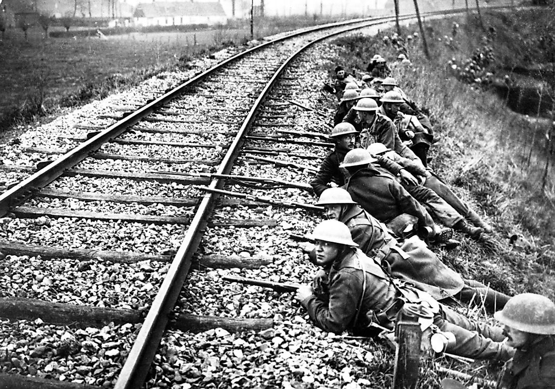 British troops defending railway line during Operation Georgette, April 1918.