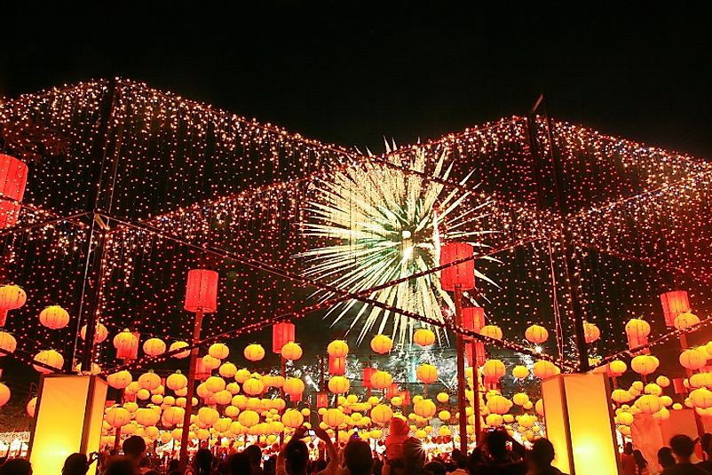Fireworks and lanterns light up the Formosan night sky during Táiwān Dēnghuì.