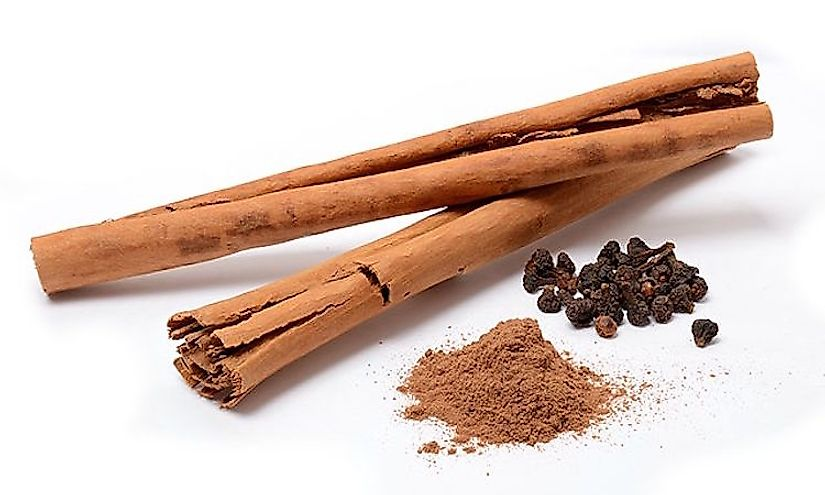Cinnamon sticks (ceylon cinnamon from Sri Lanka), powder, and flowers.