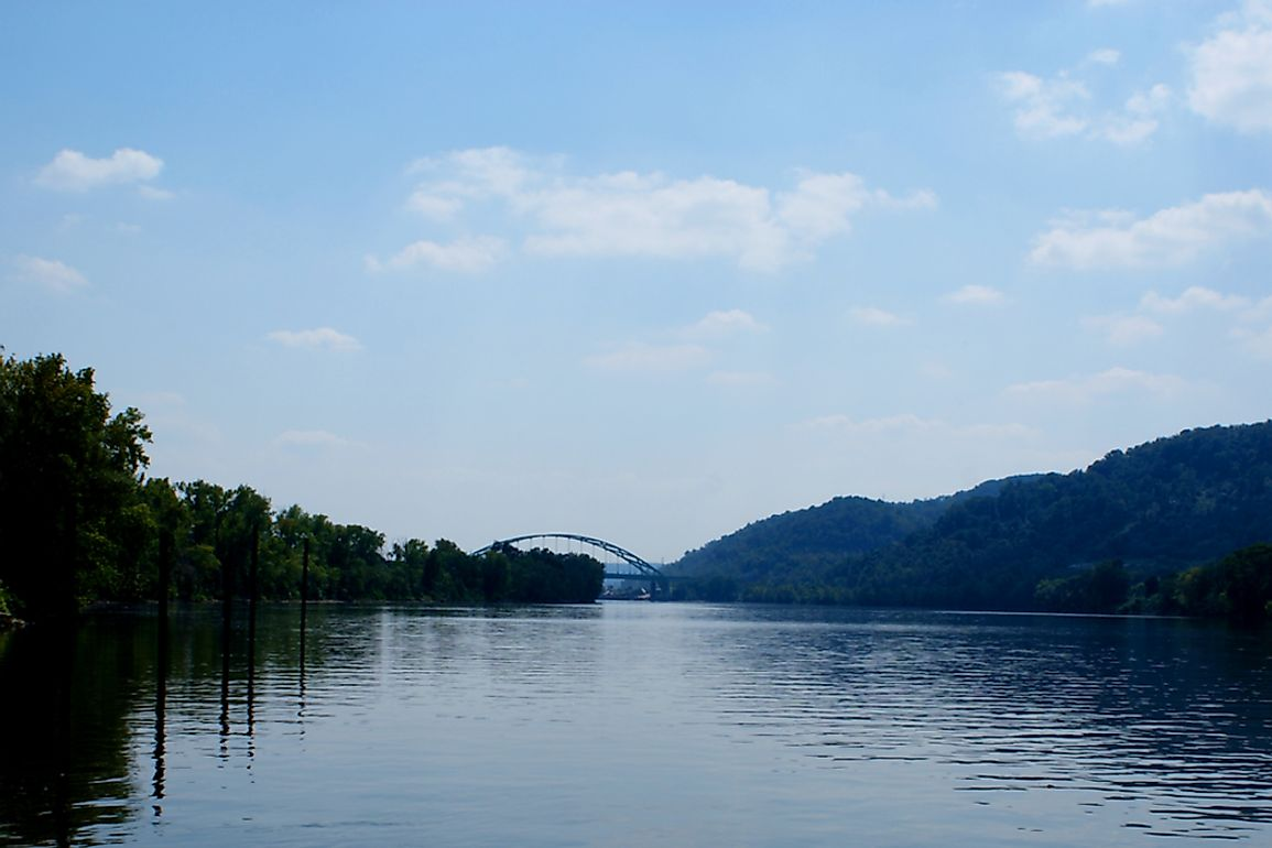 The Ohio River runs for 1,579 km through West Virginia.