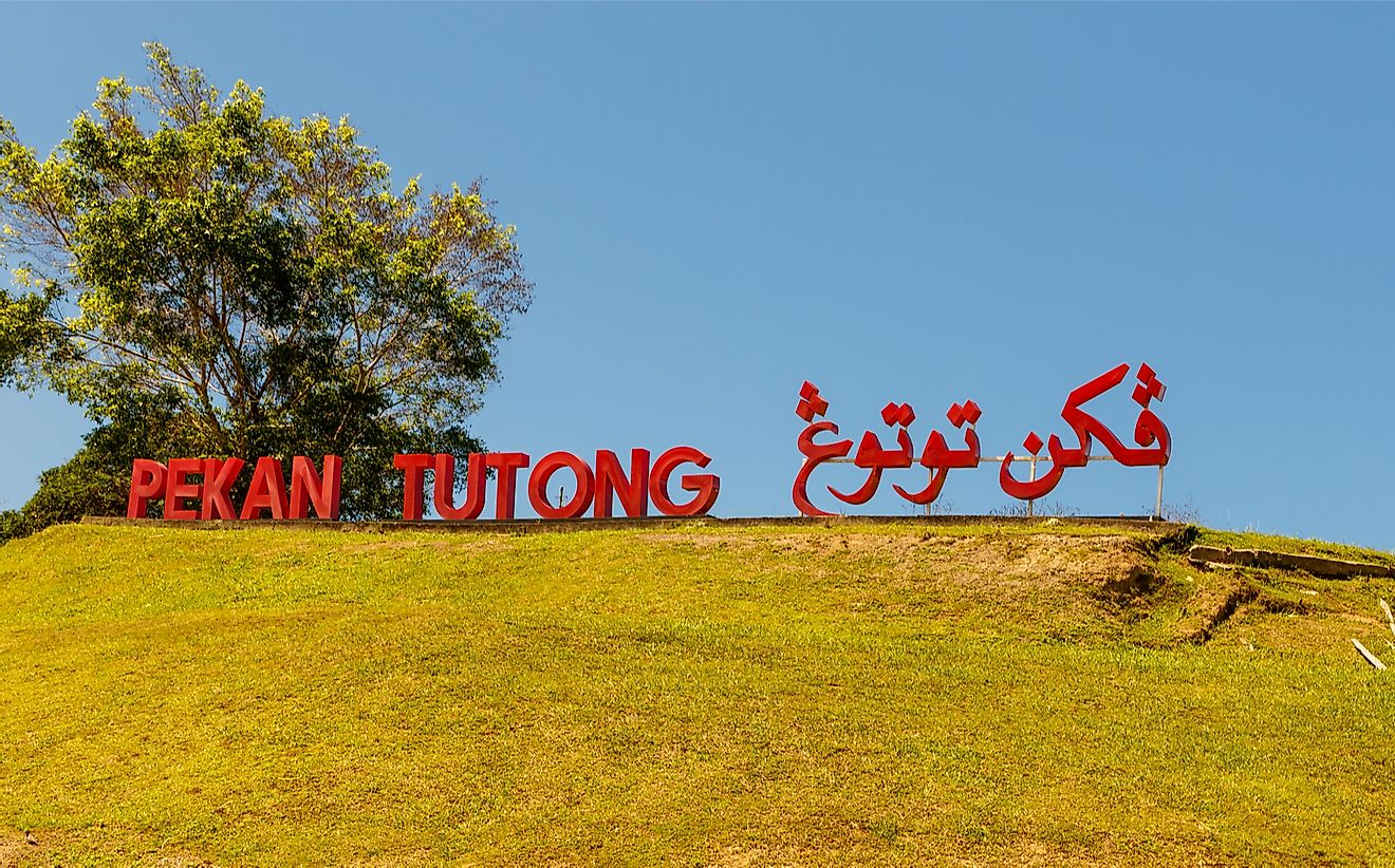 A bilingual sign in Brunei. Uwe Aranas / Shutterstock.com.