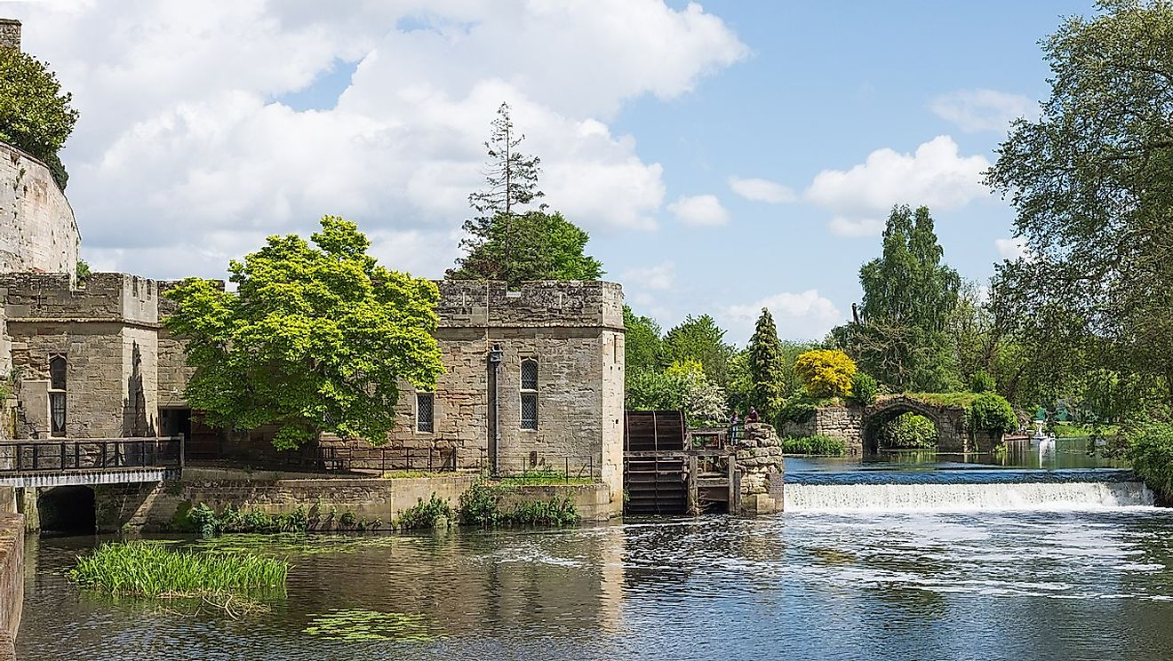 Warwick Castle - Engine House, Waterwheel, Weir, and Old Castle Bridge. Image credit: DeFacto/Wikimedia.org