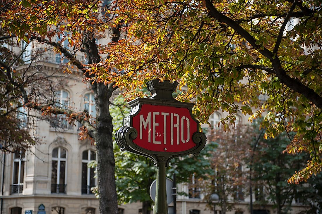 A sign indicating the Parisian metro.