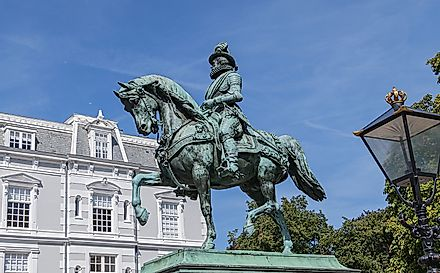 Equestrian statue of Prince William of Orange (1845) on a high pedestal.