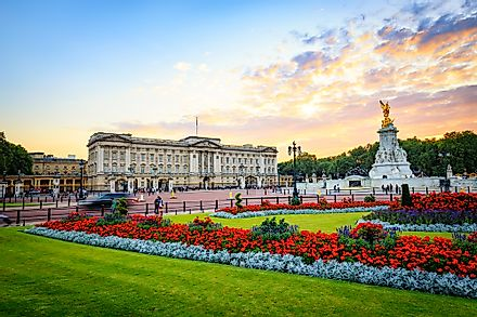 An outside view of Buckingham Palace.