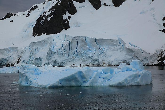 how do icebergs form