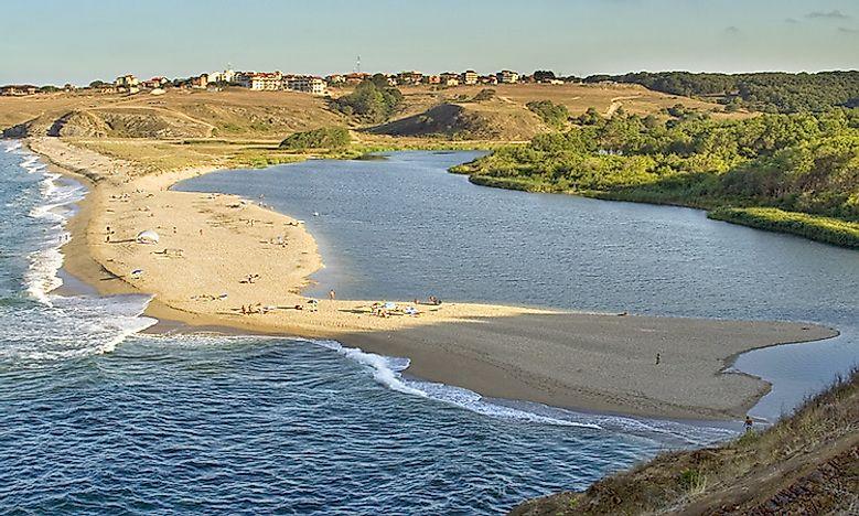 Coastal Landforms: What Is A Spit? - WorldAtlas.com