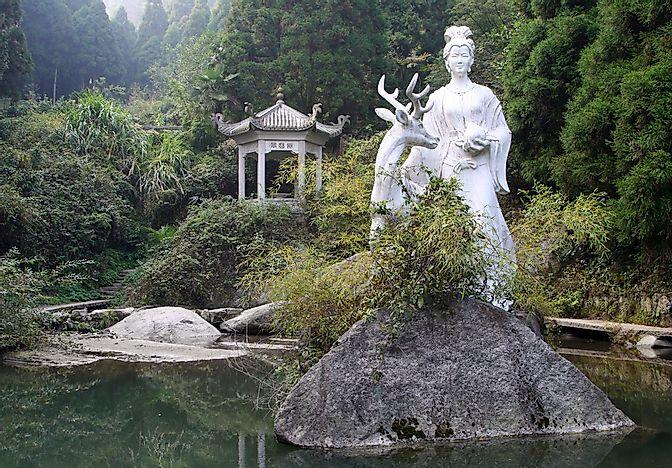 A statue at Héng Shān, Hunan.