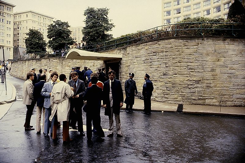 Police, FBI, and Secret Service agents outside the Washington Hilton Hotel on March 30, 1981. Editorial credit: mark reinstein / Shutterstock.com