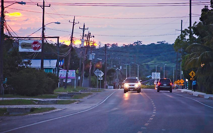 Tráfico en la carretera al anochecer en Belmopán
