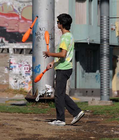 chile, valparaiso, street performer