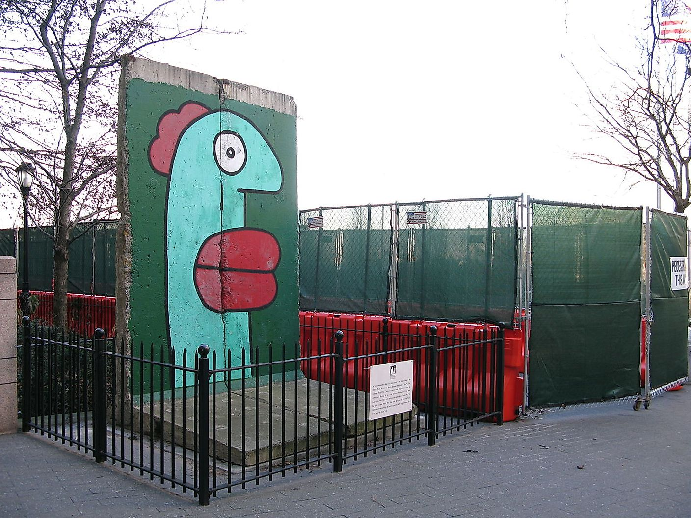 Segment of Berlin wall in New York City. Image credit: Ronny-Bonny/Wikimedia.org