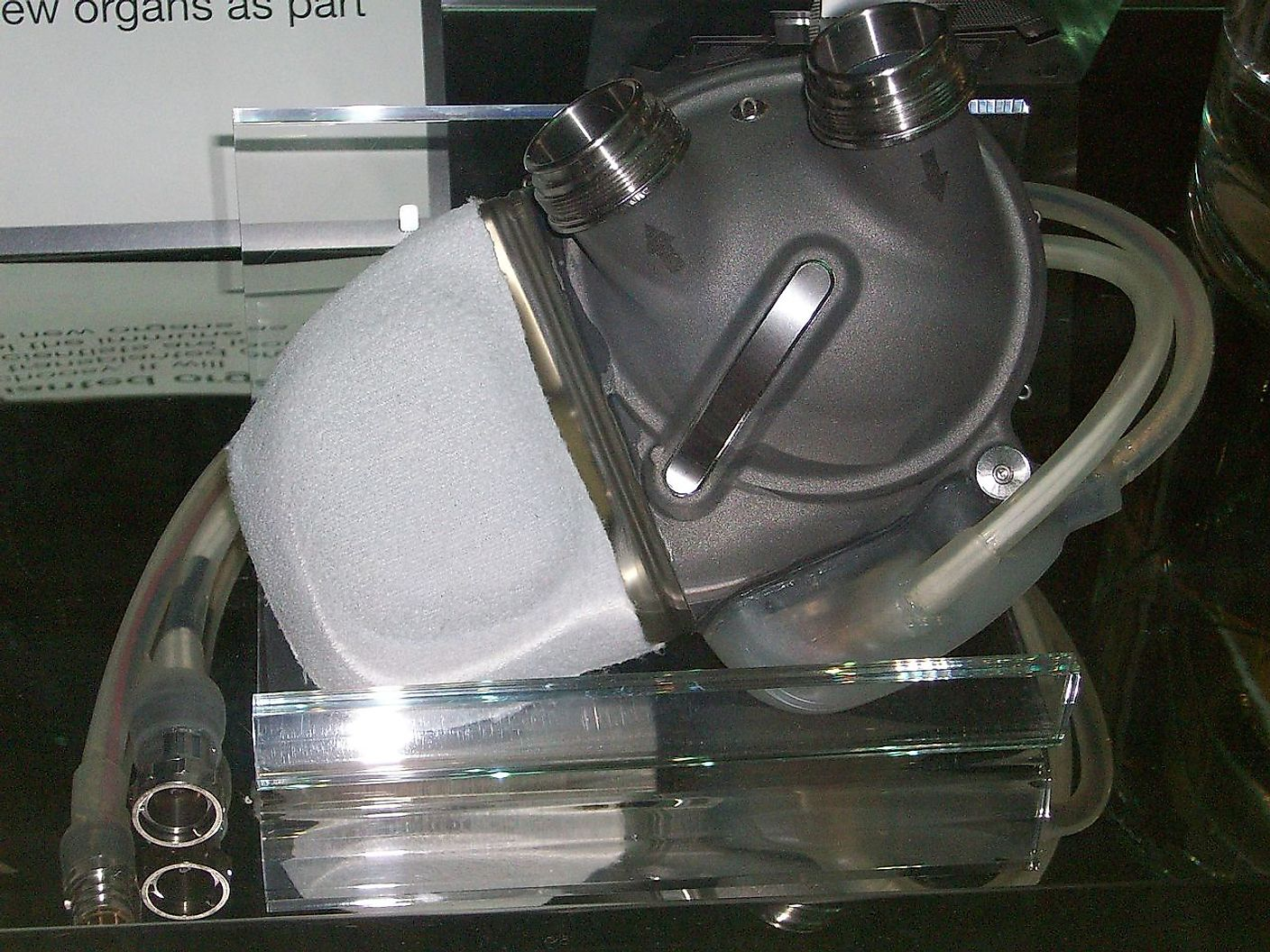An image of an artificial heart exhibited at London science museum. Image credit: Rick Proser/Wikimedia.org