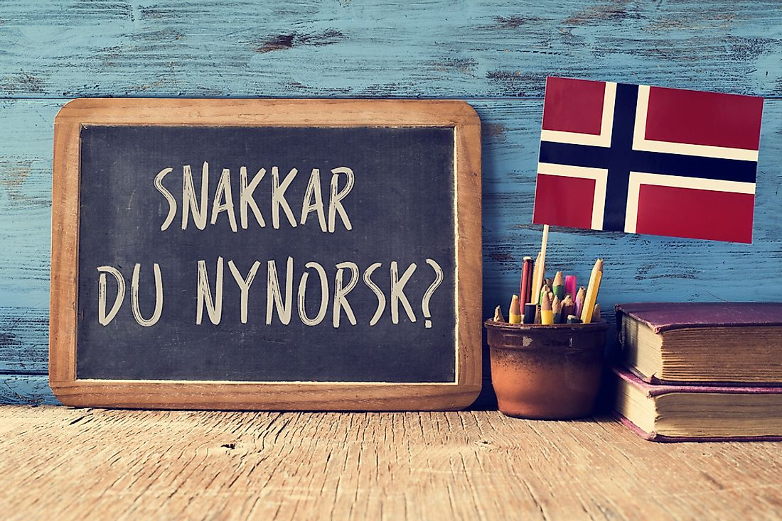 """Do you speak Norwegian?"" written on a chalkboard in Norwegian."