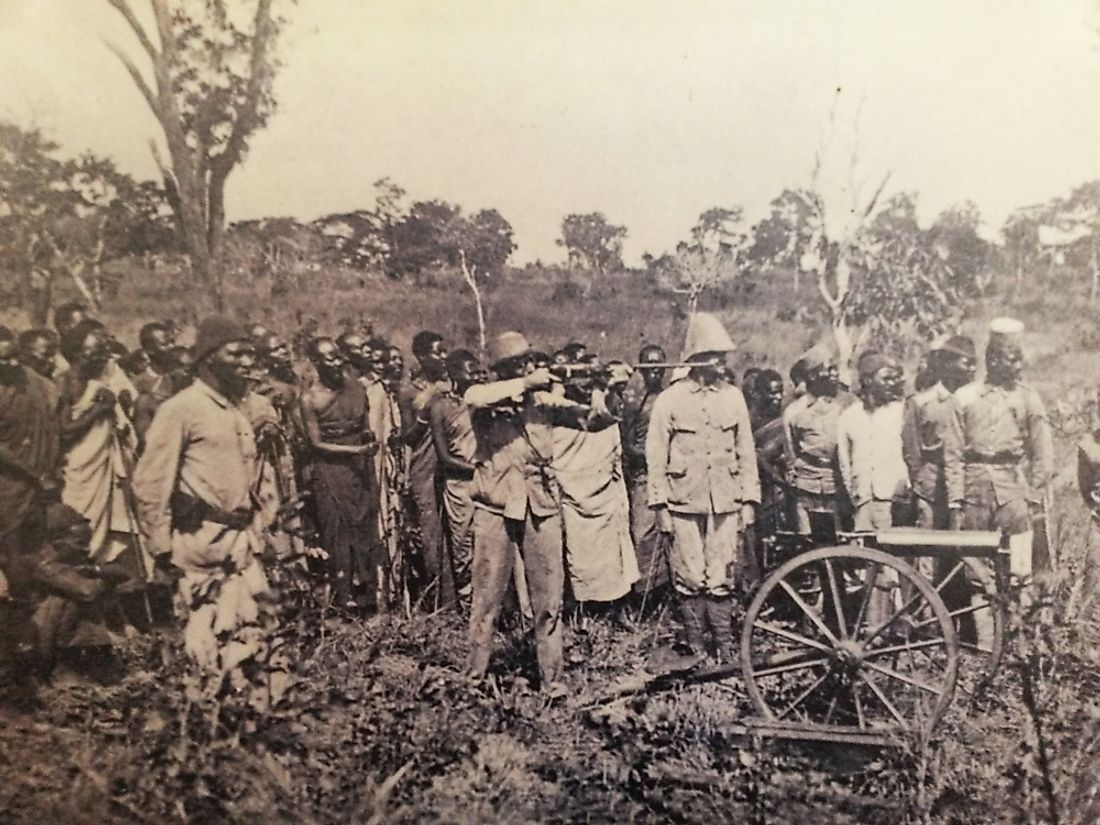 Demonstration of German weapons in front of Ngoni warriors.