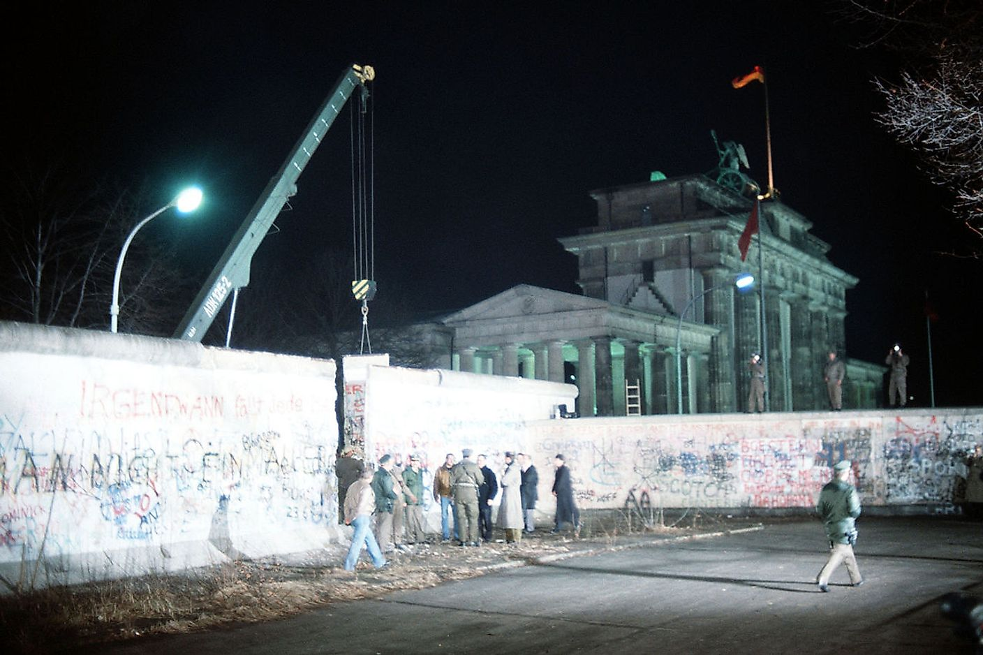 A crane removes a section of the Wall near Brandenburg Gate on 21 December 1989. Image credit: SSGT F. Lee Corkran/Public domain