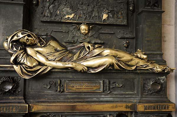 golden statue brussels