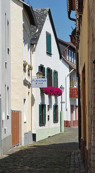 narrow street rudesheim germany