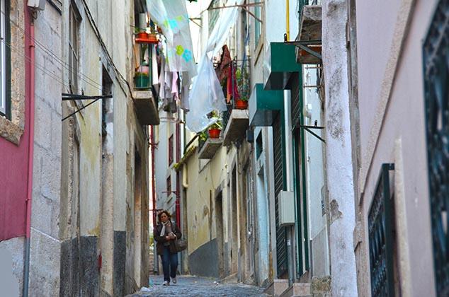 narrow street lisbon