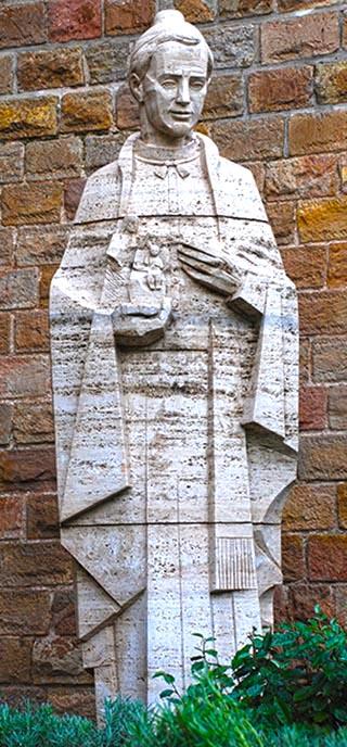 gaudi statue