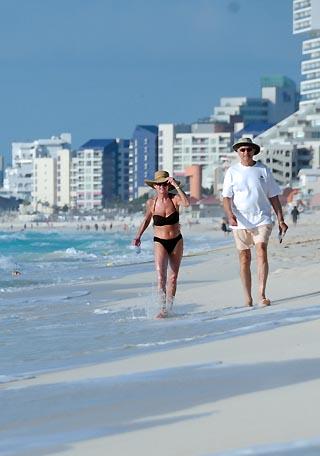 beach couple cancun
