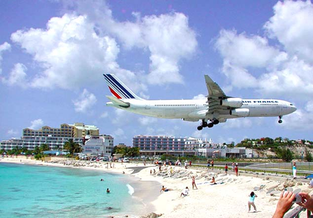 airplane landing sint maarten
